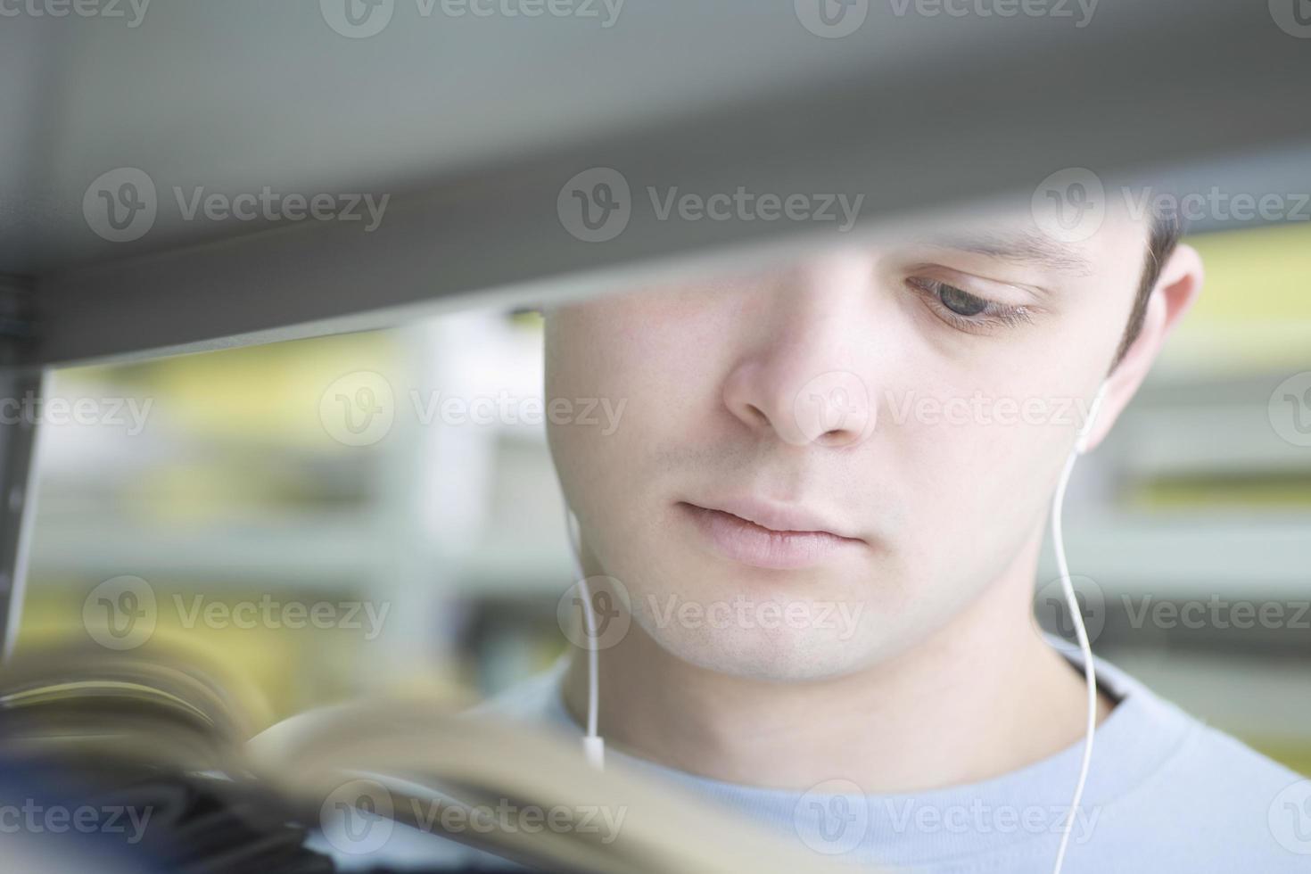 man leesboek tijdens het luisteren van muziek foto
