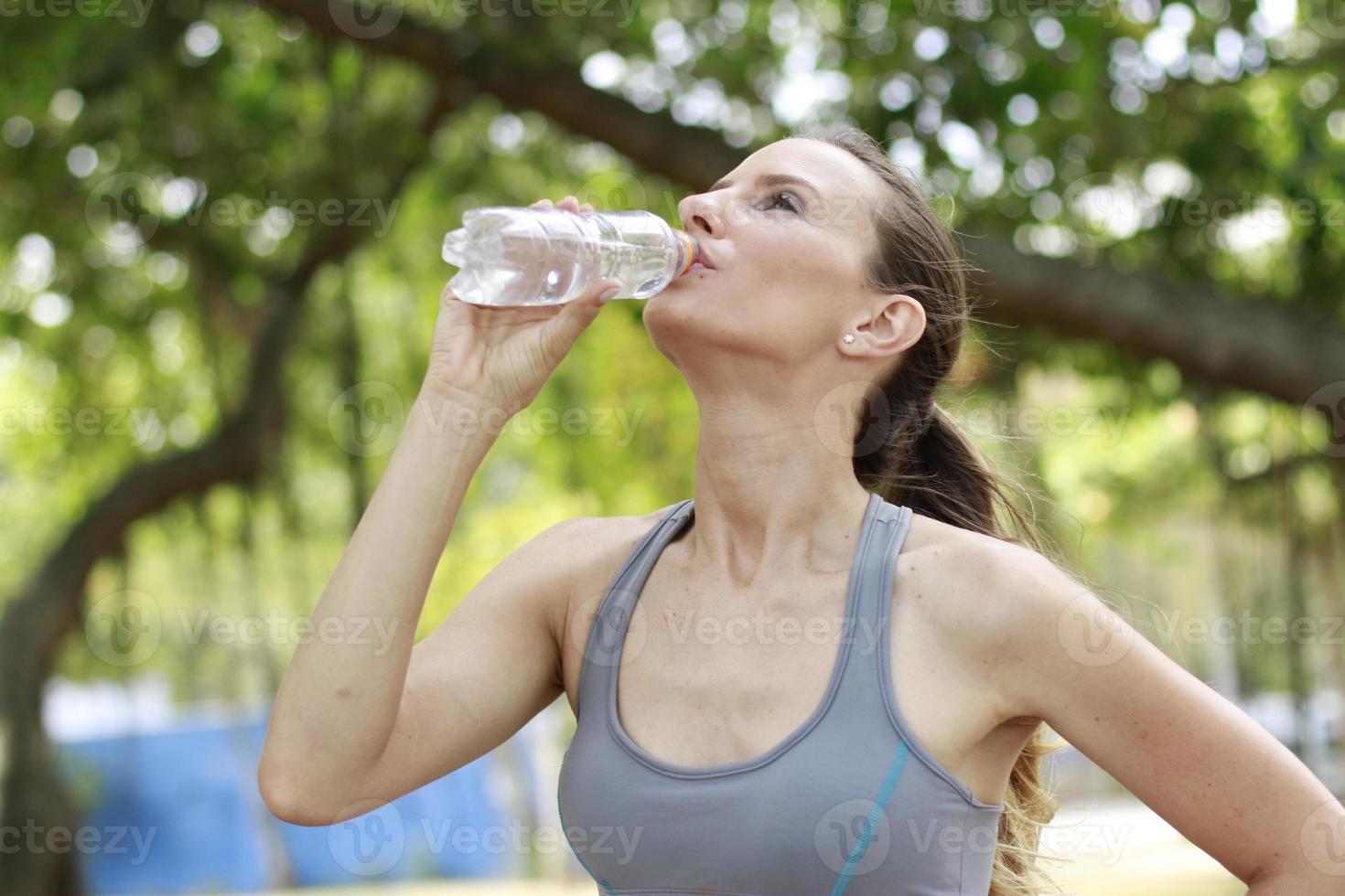 vrouw drinkwater foto