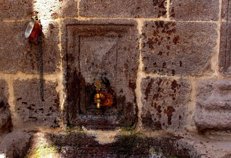 drinkfontein in steen foto