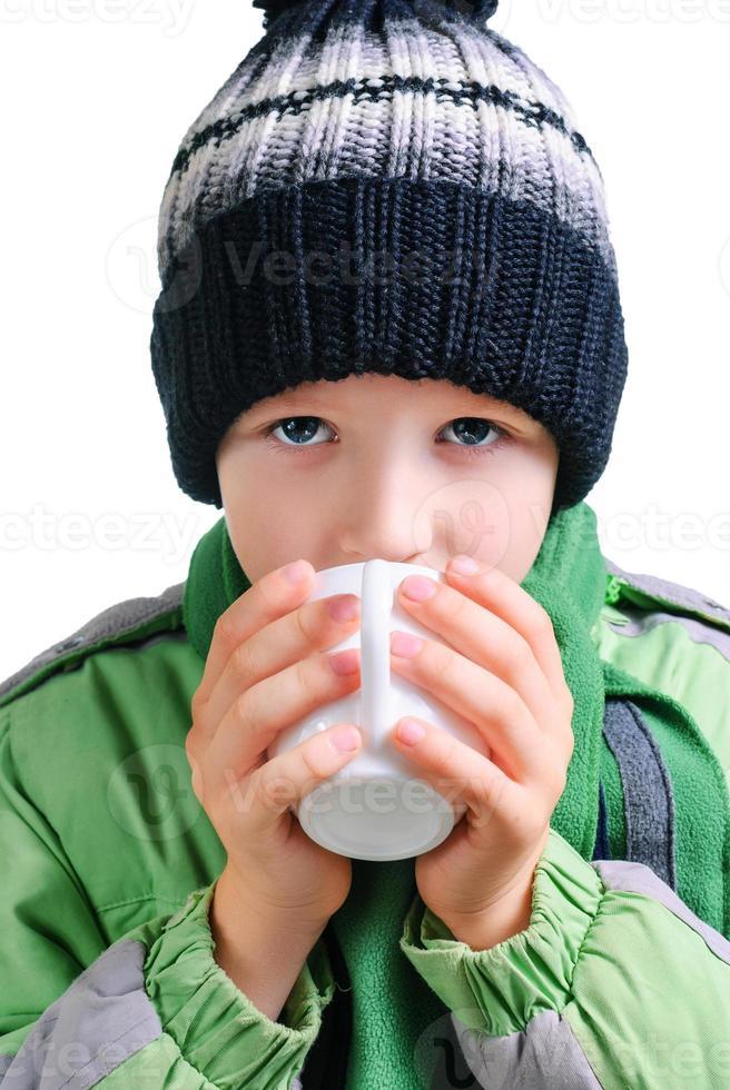de jongen drinkt thee foto