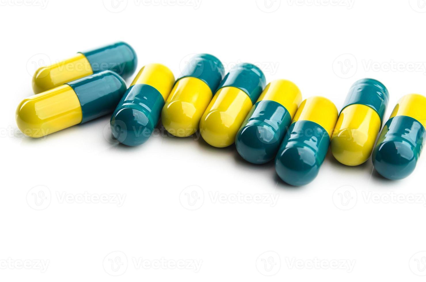 kleurrijke pillen geïsoleerd foto