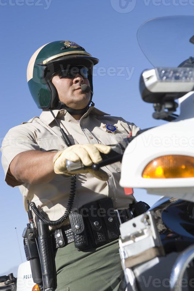 lage hoekmening van politieagent foto