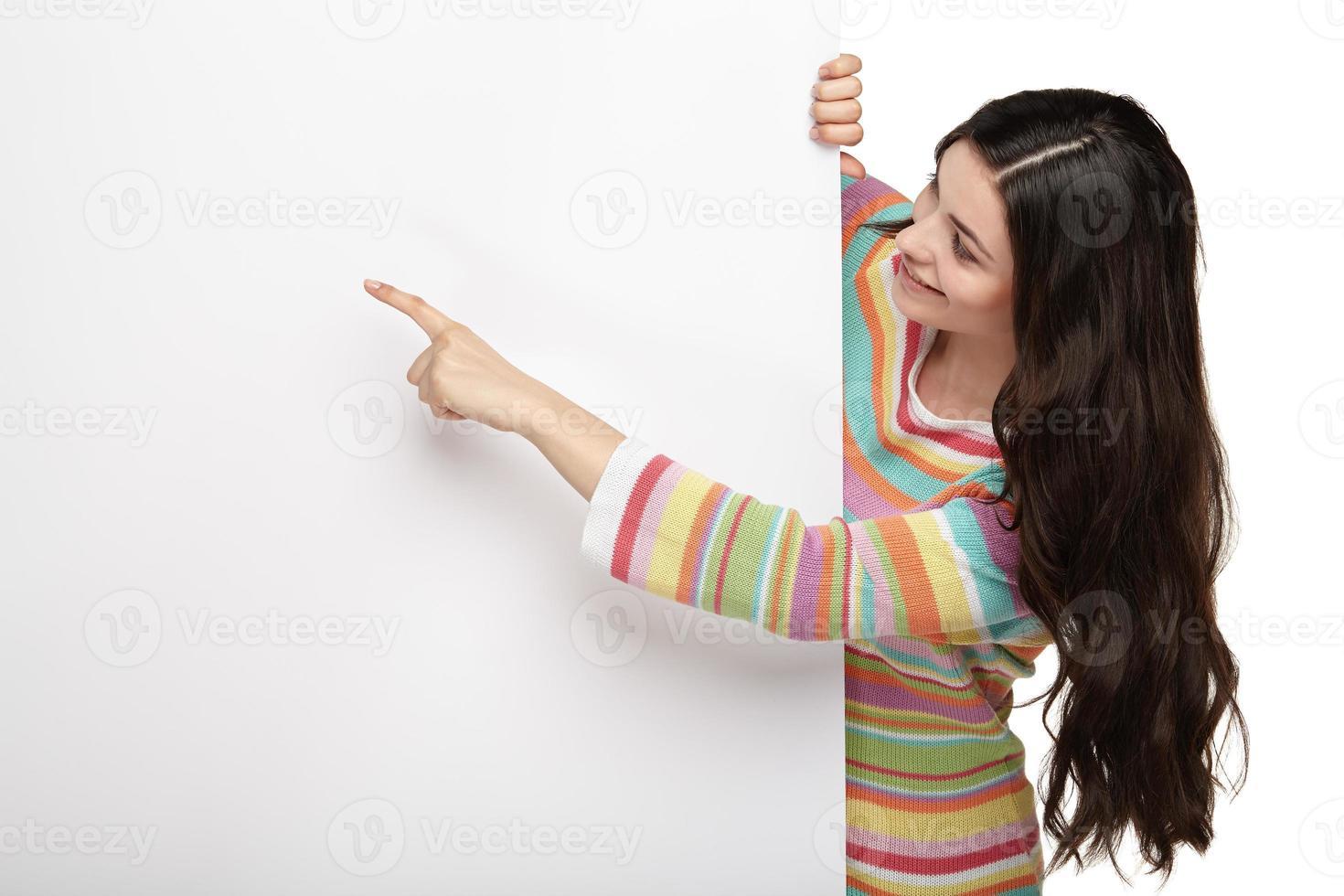 gelukkig lachend jonge vrouw met leeg bord. foto