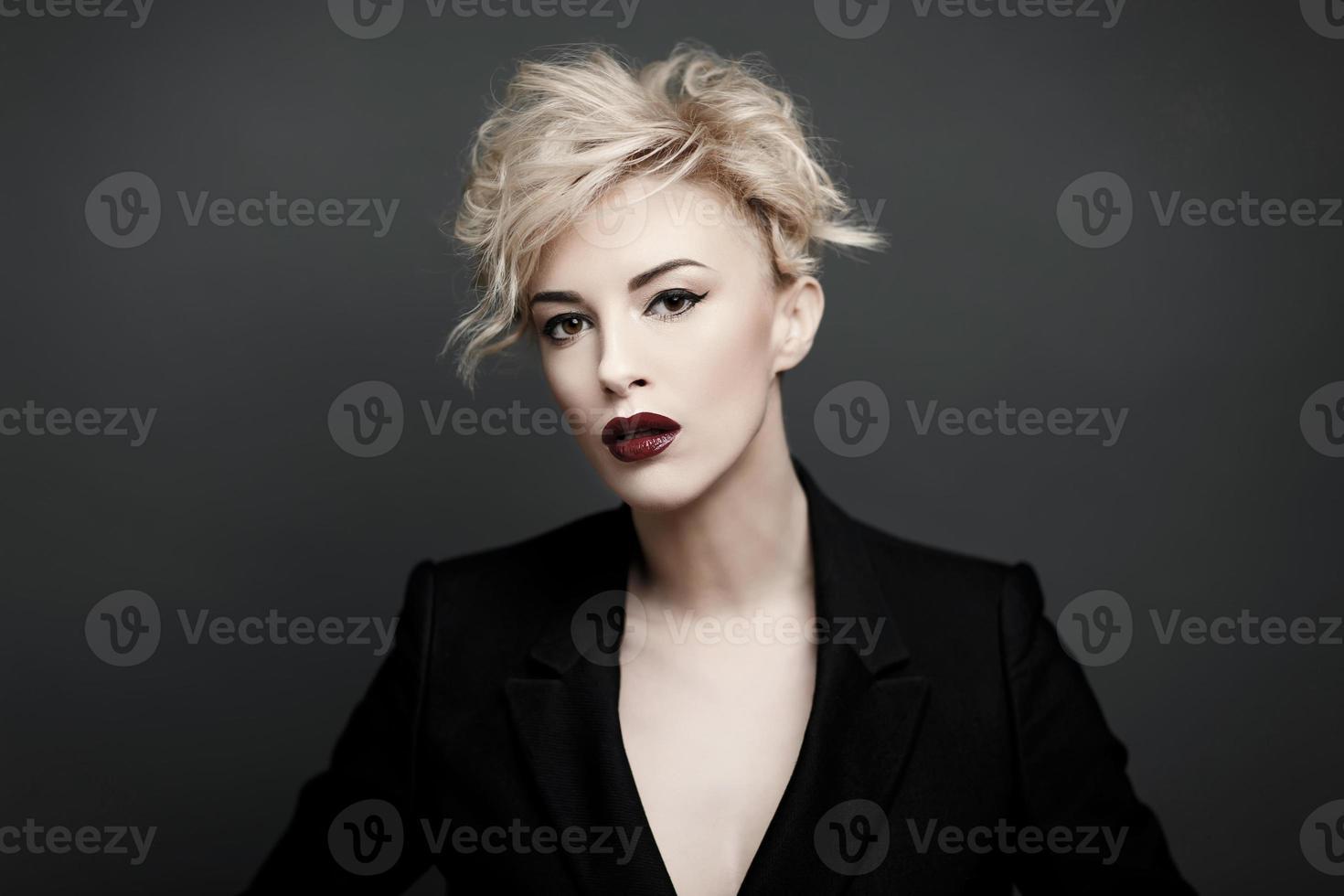 portret van een mooie vrouw met schone huid foto