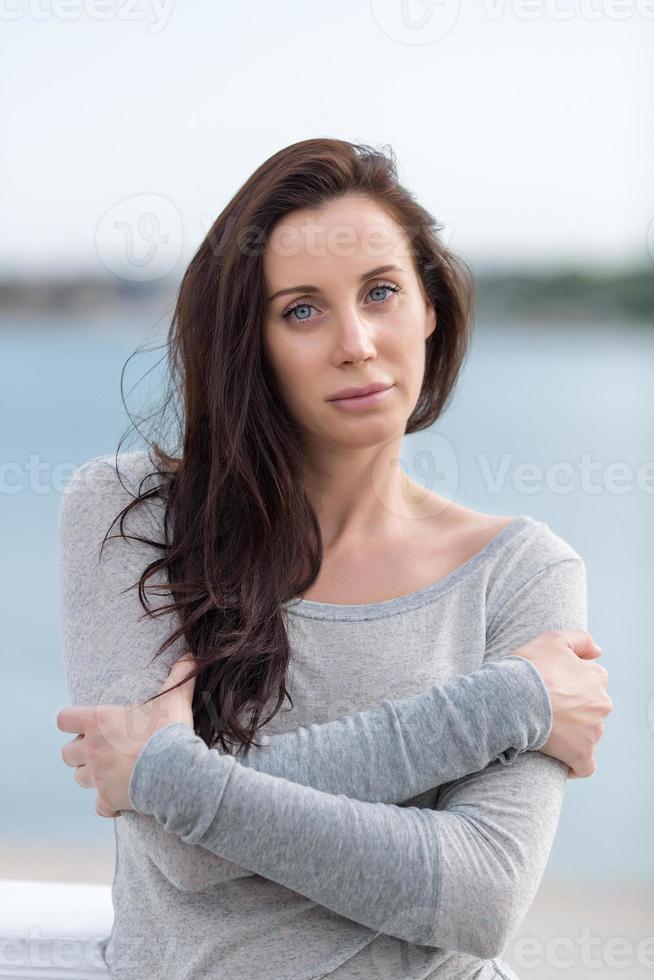 langharige brunette op open lucht foto