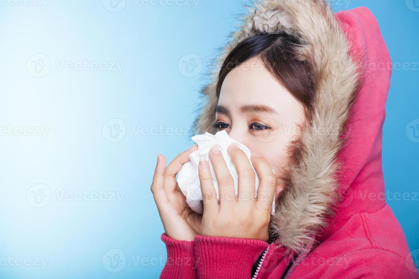 jonge vrouw blaast haar neus foto