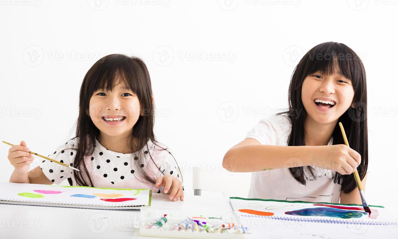 gelukkige kinderen schilderen in de klas foto