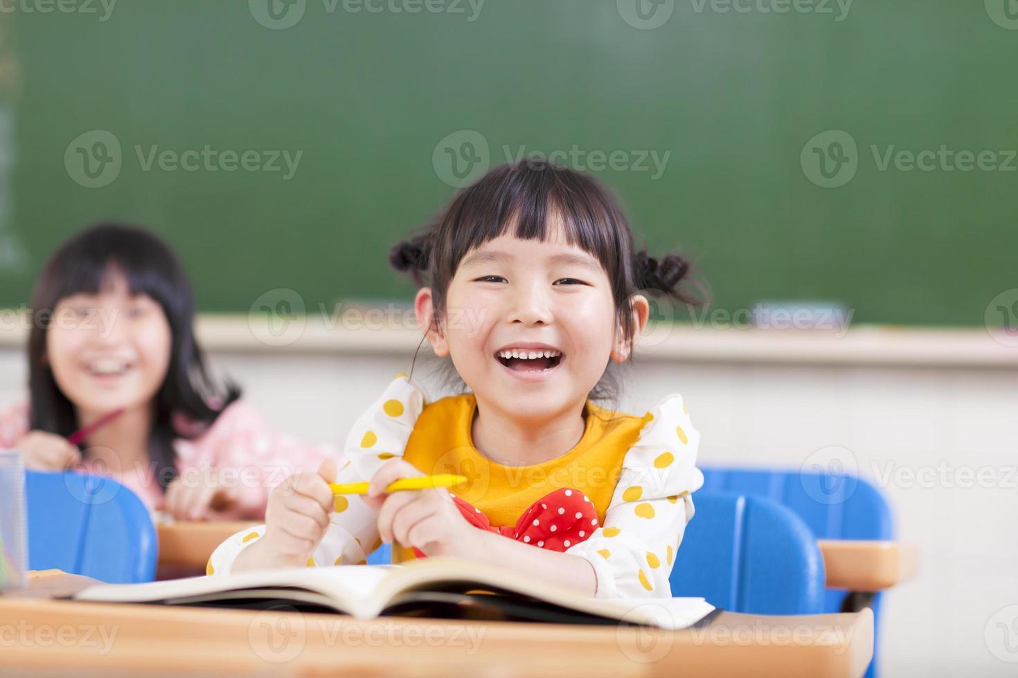 gelukkige kinderen studeren in een klaslokaal foto