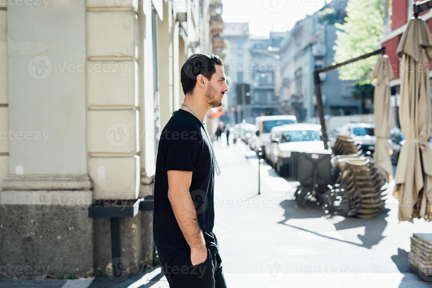 jonge Italiaanse jongen wandelen in de stad foto