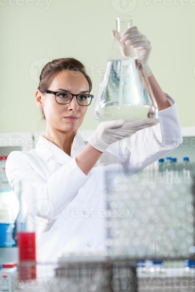 wetenschapper experimenteren in laboratorium foto