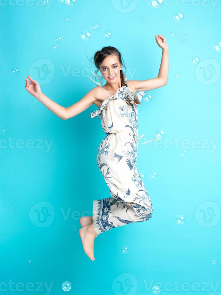 gelukkige vrouw met ballonnen op blauwe achtergrond foto