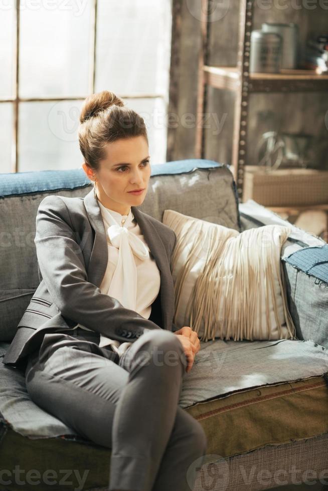 zakenvrouw ontspannen in loft appartement foto