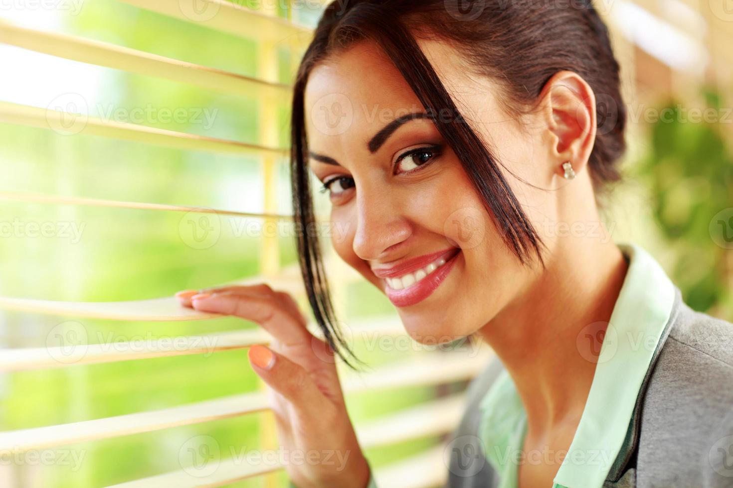 mooie vrolijke zakenvrouw foto