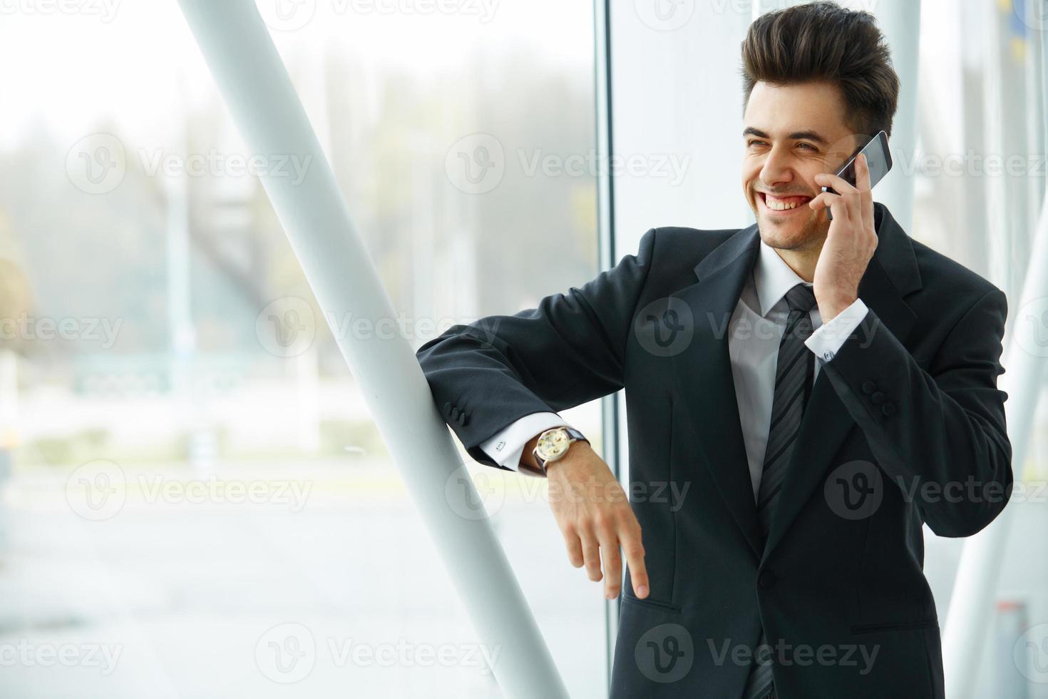 lachende zakenman praten op mobiele telefoon foto