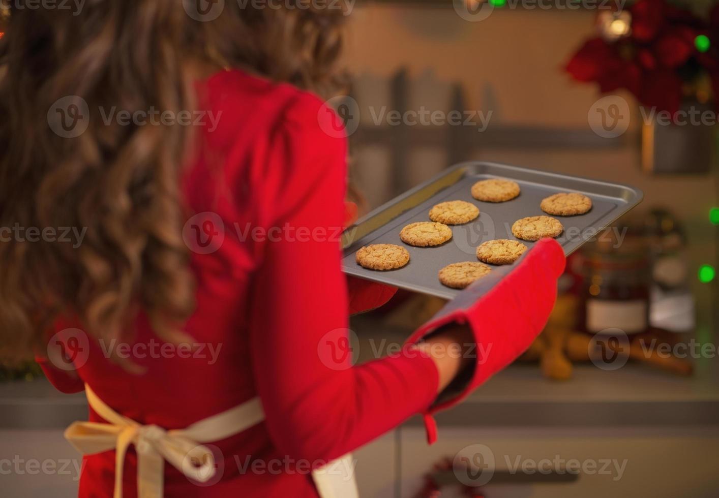 close-up op pan met kerstkoekjes in de hand van huisvrouw foto