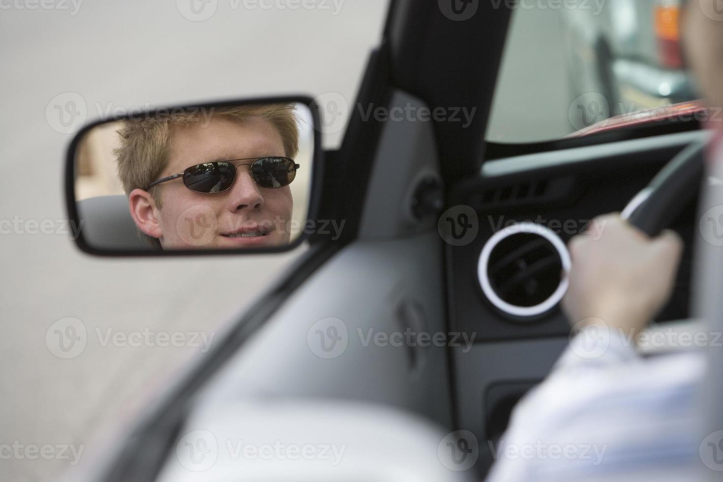 man in de auto foto