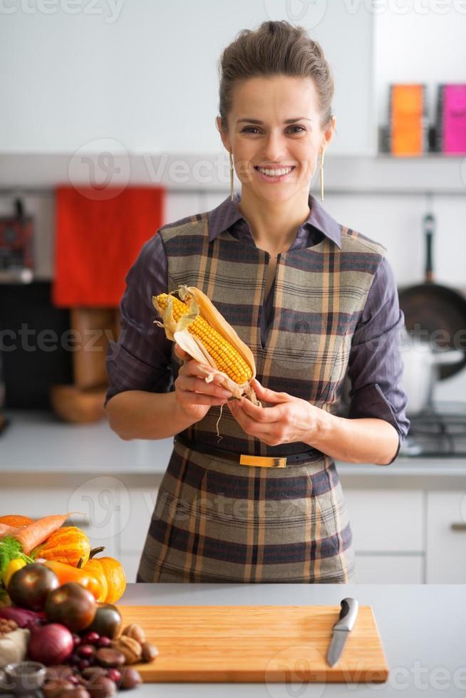 portret van gelukkige jonge huisvrouw met maïs foto