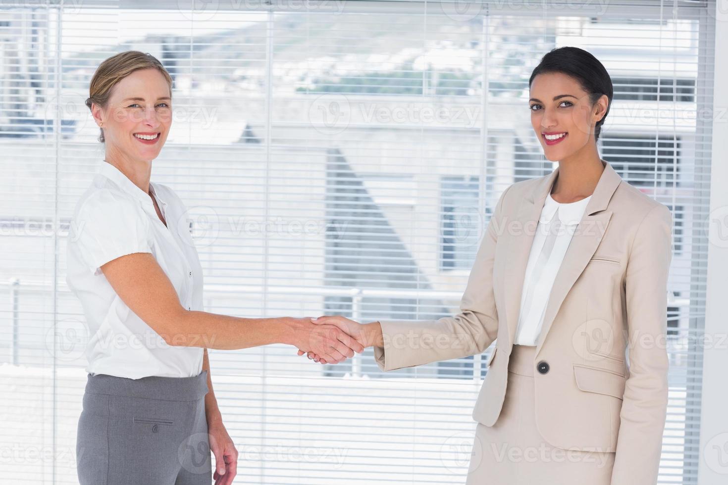 twee vrolijke partners handen schudden foto