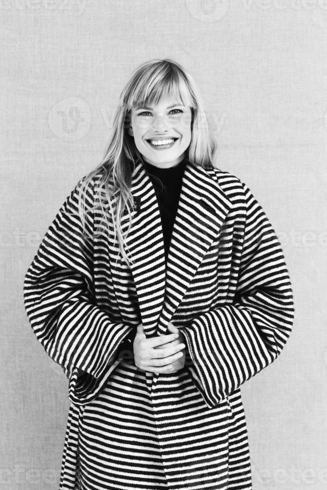 vrolijke jonge vrouw in jas foto