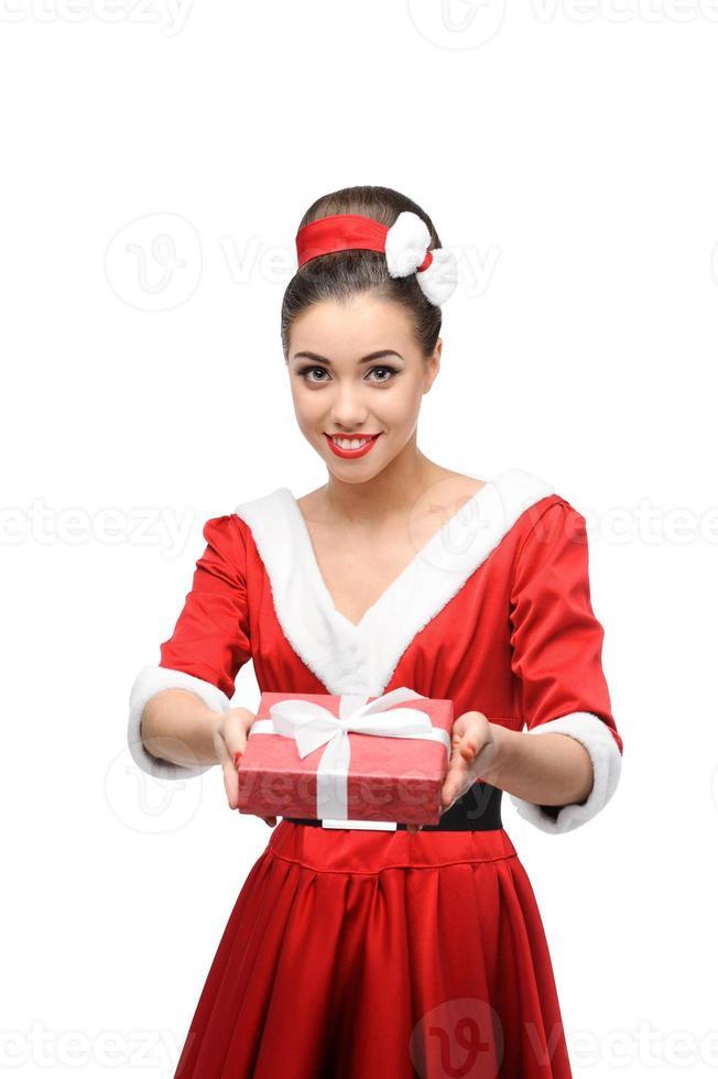 vrolijk retro meisje dat rode gift houdt foto