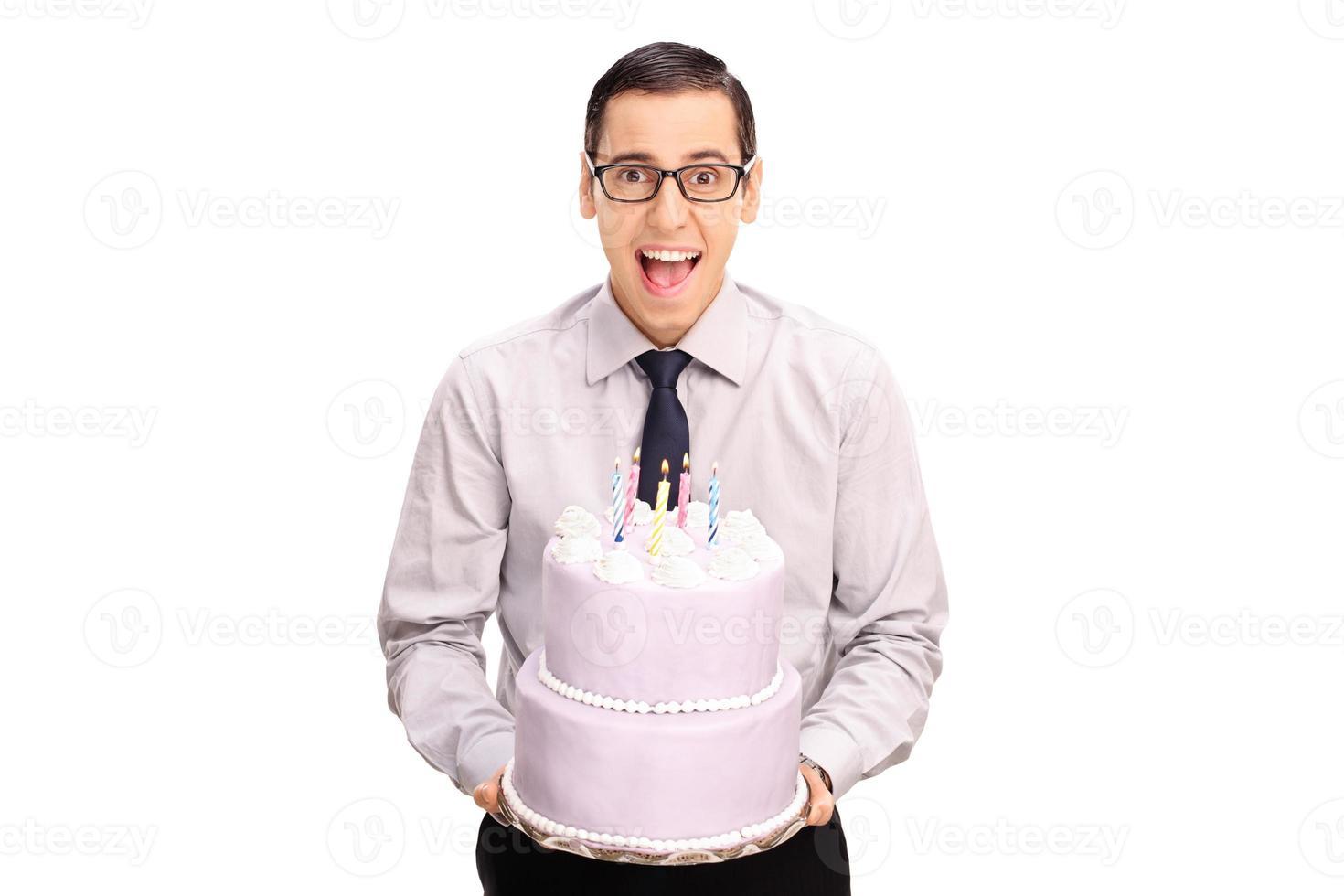 vrolijke jonge man met een verjaardagstaart foto