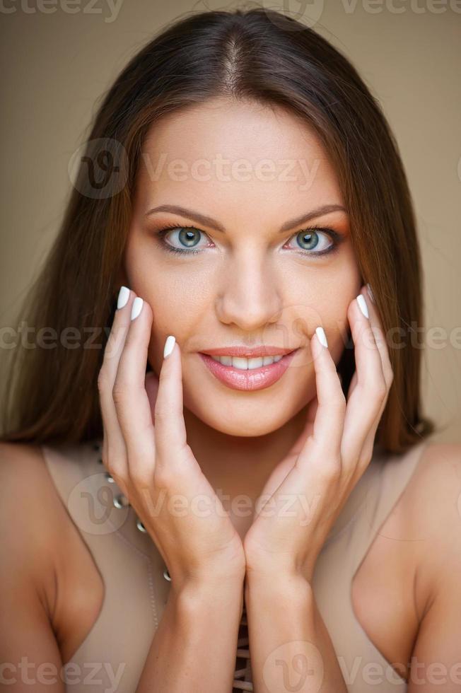 vrolijk jong meisje spreekt haar verlegenheid uit foto