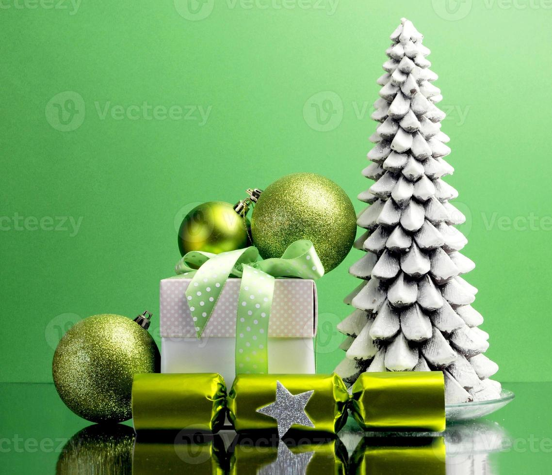 groene thema kerstboom, cadeau en kerstversiering foto