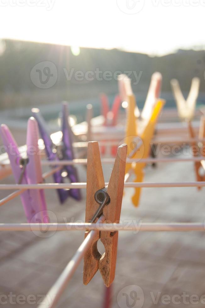 wasknijpers die aan een waslijn hangen foto