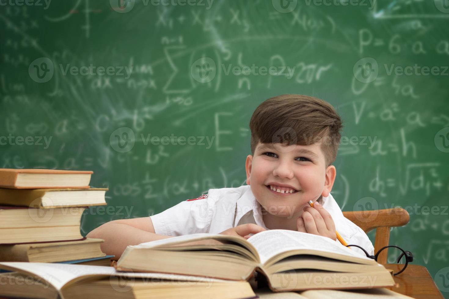 vrolijk lachende schooljongen foto