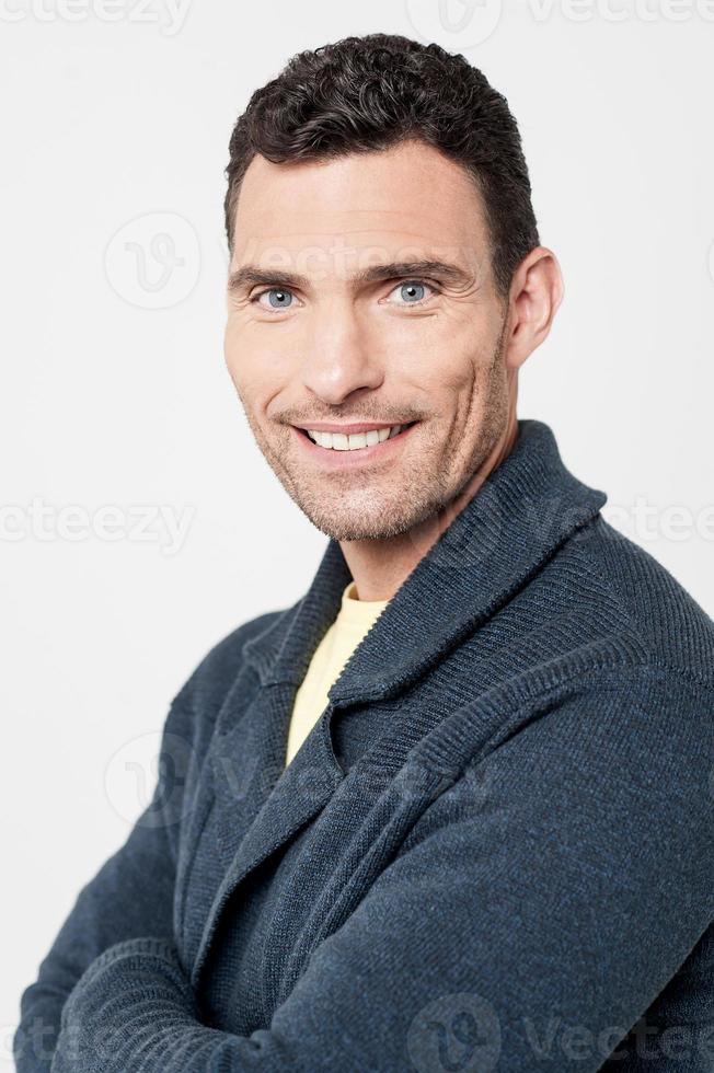 vrolijke man met gevouwen armen foto