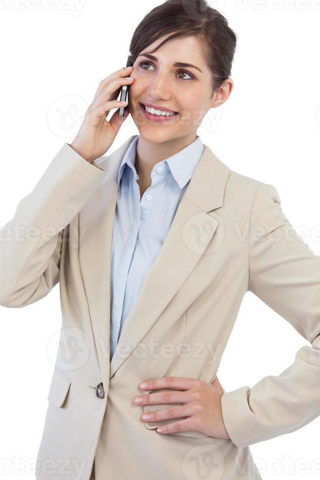 vrolijke zakenvrouw aan de telefoon foto