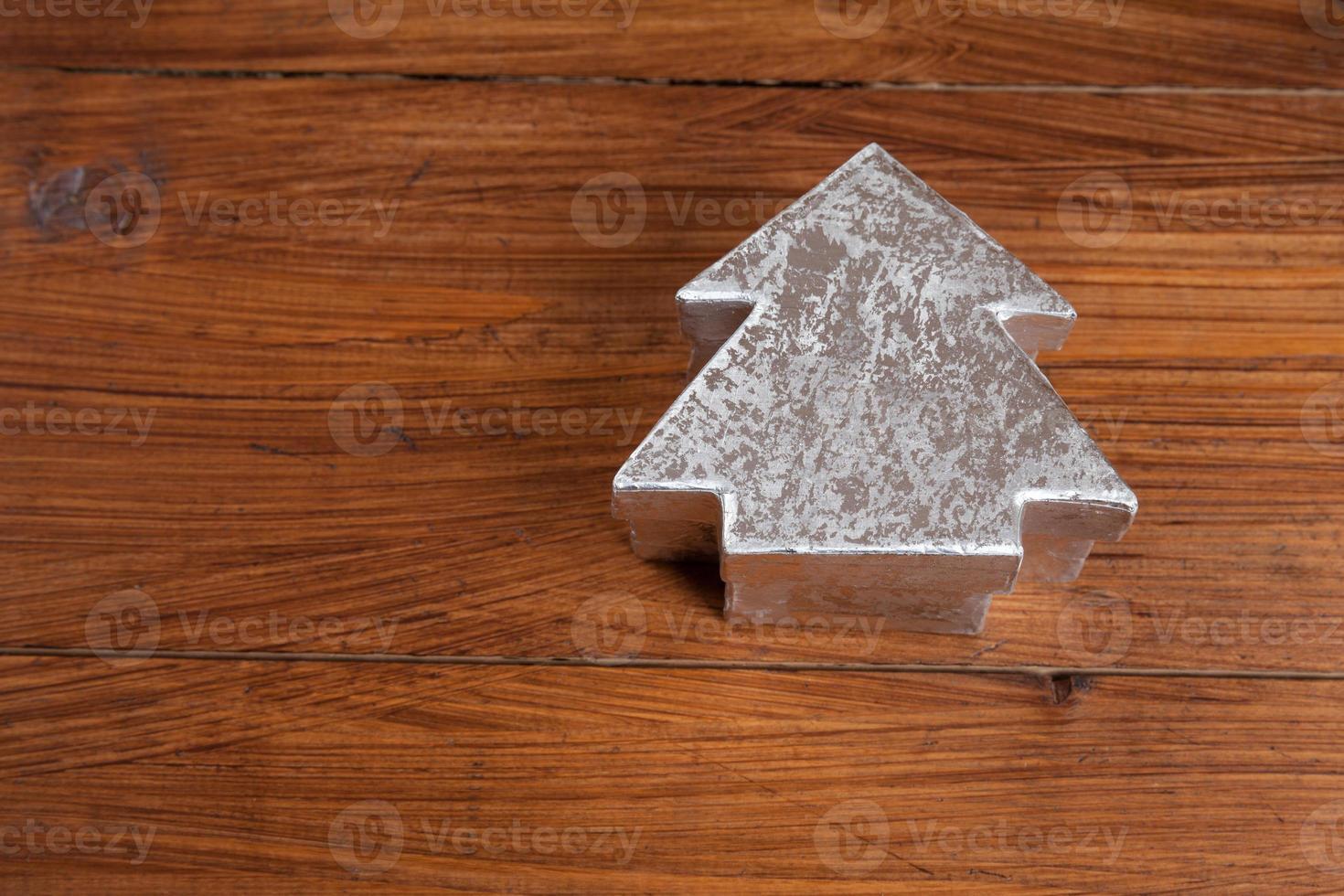 zilveren dennenboom op hout, exemplaarruimte foto