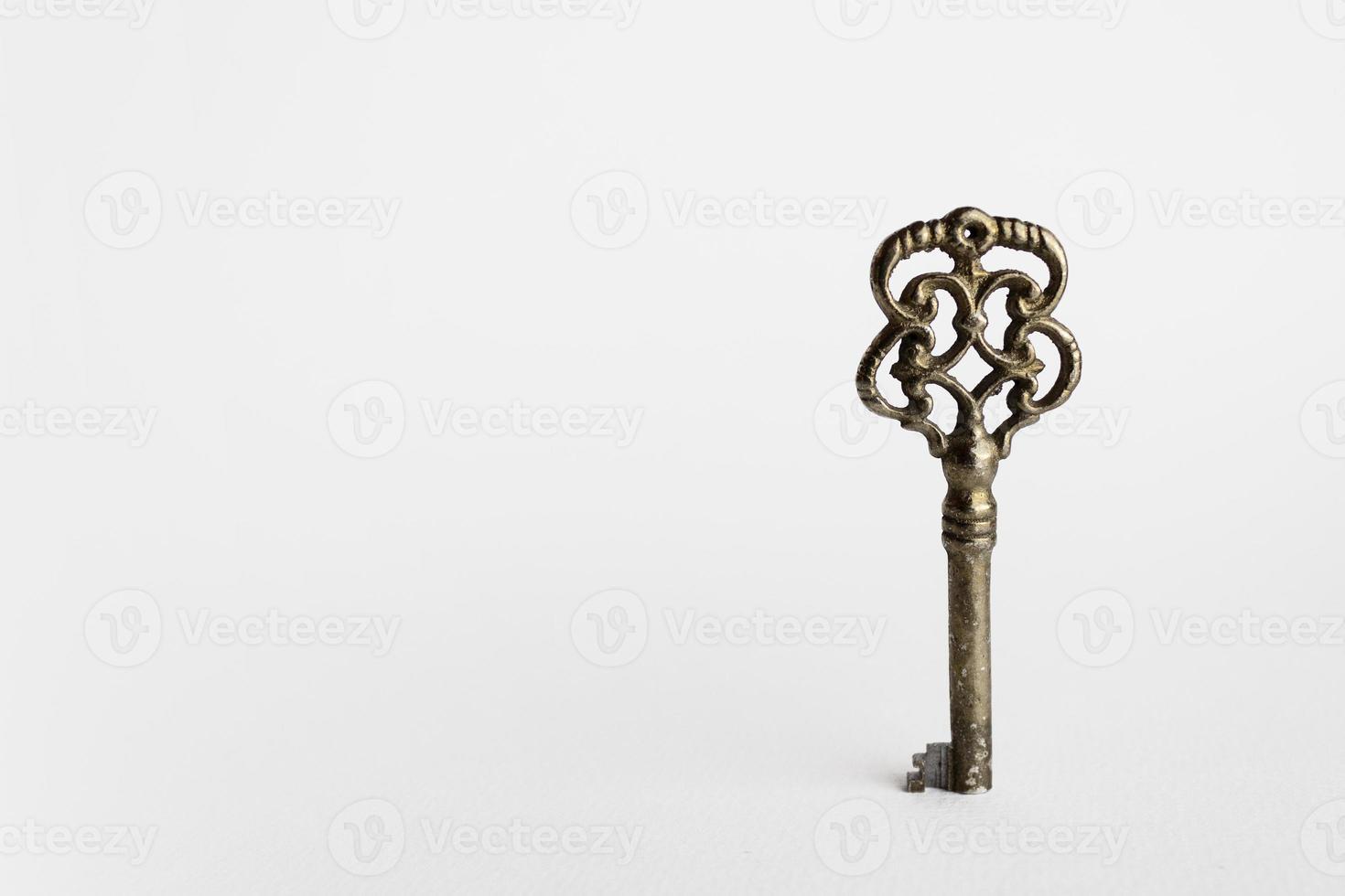 oude sleutel op witte achtergrond met exemplaarruimte foto