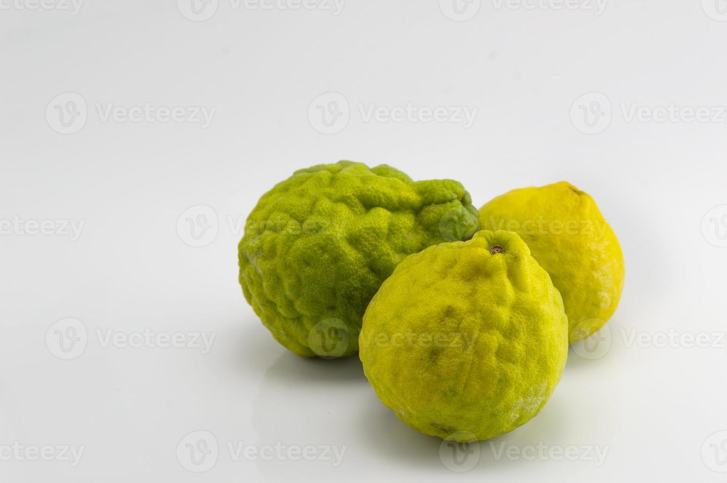 bergamotfruit op isolate achtergrond en exemplaarruimte foto