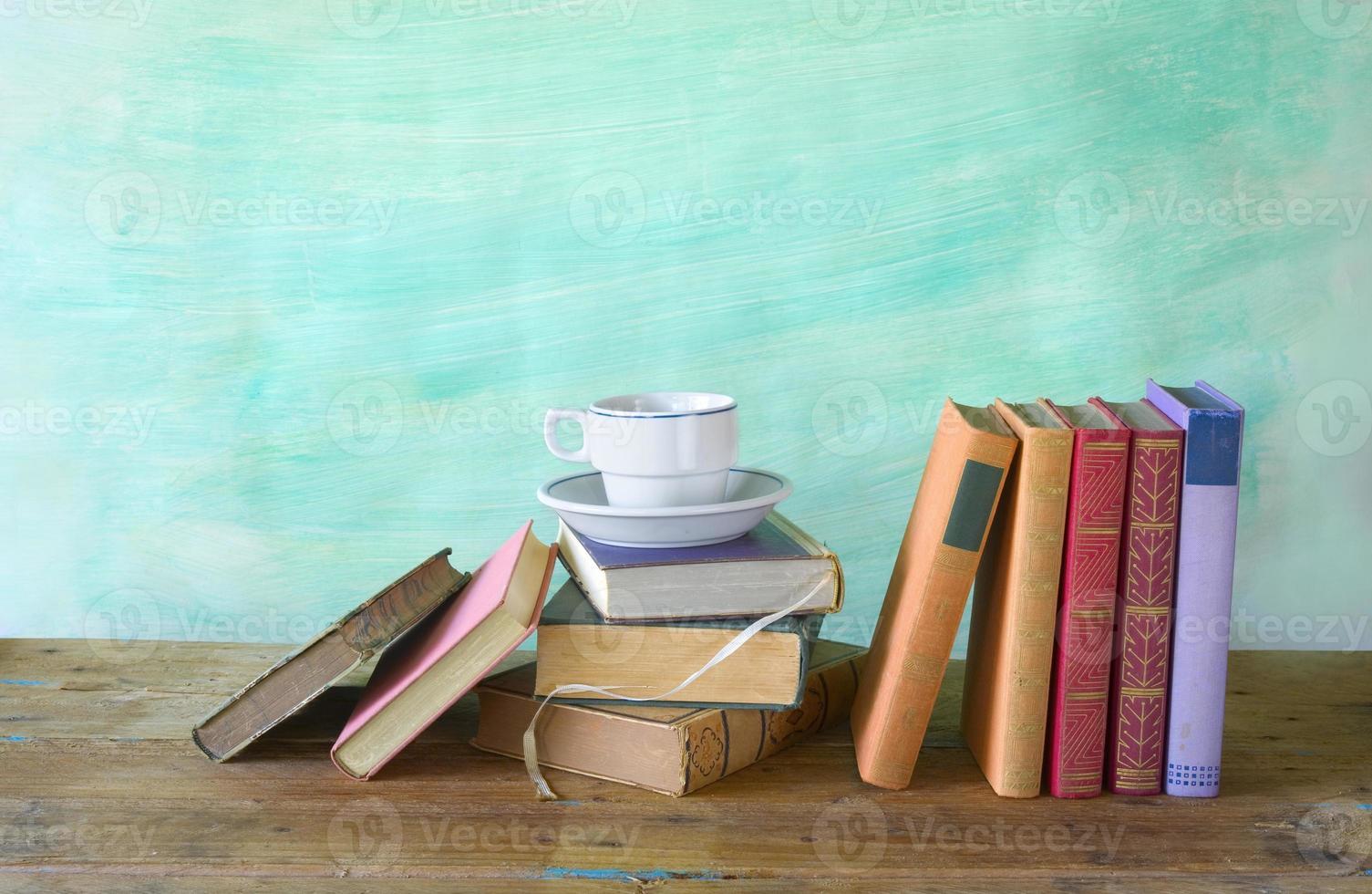 boeken met een kopje koffie, vrije exemplaarruimte foto