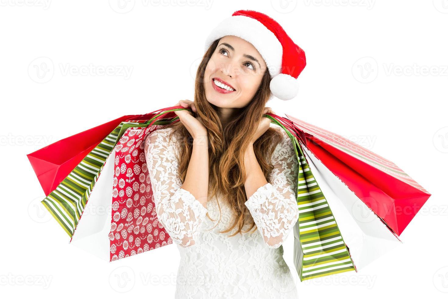 Kerst vrouw met boodschappentassen op zoek naar ruimte te kopiëren foto