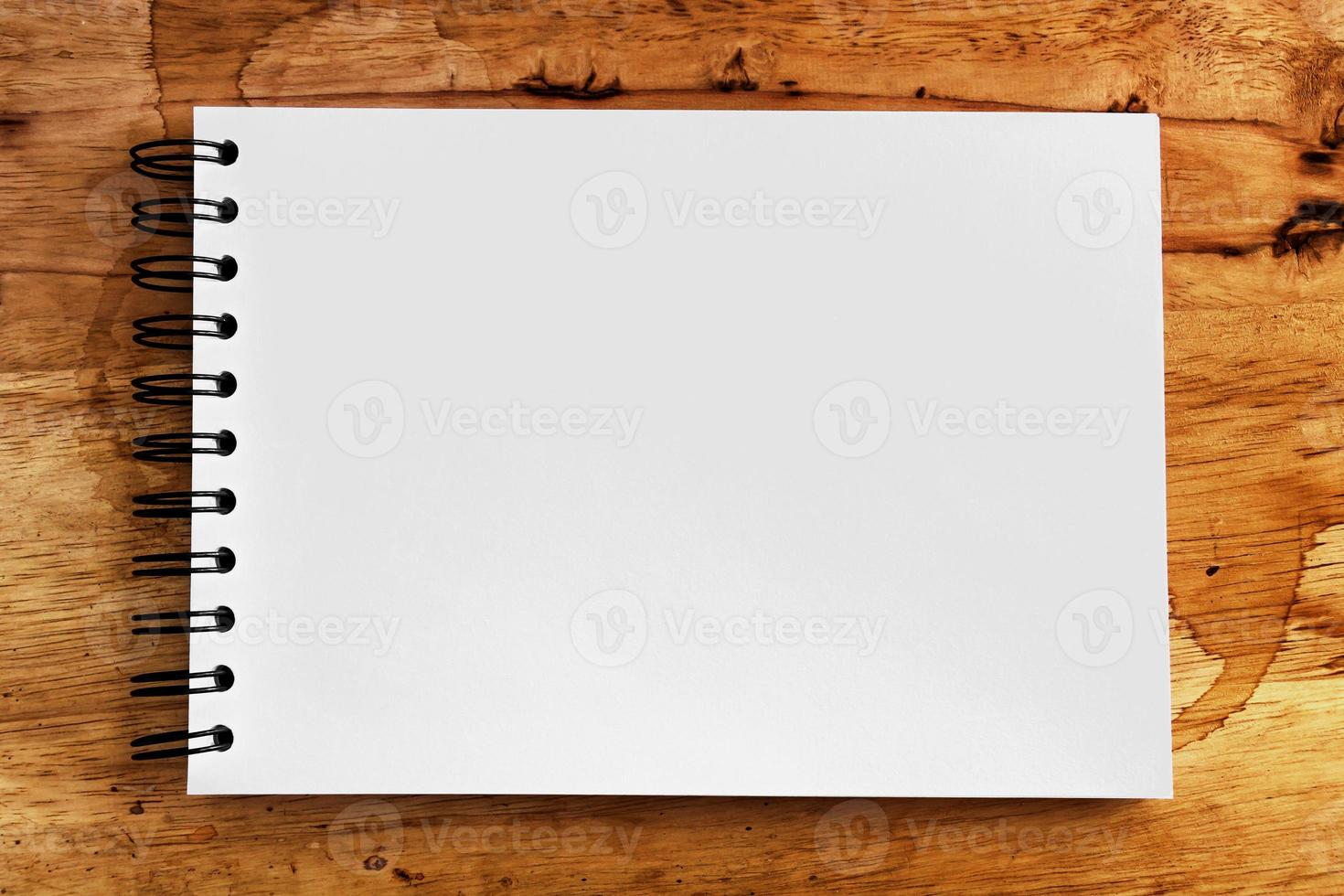 notitie papier op houtstructuur achtergrond met kopie ruimte foto