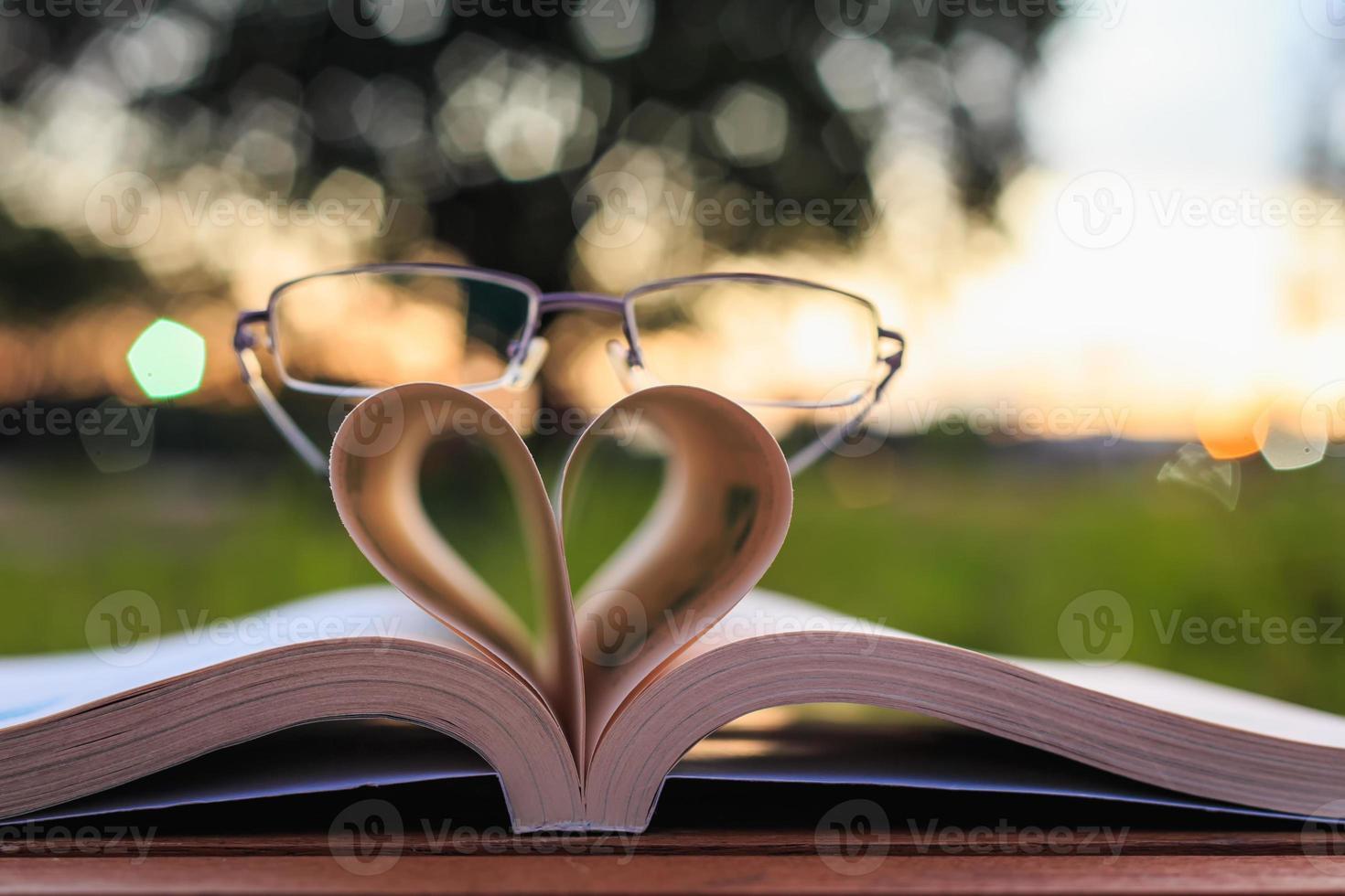 close-up boek en glazen op tafel op zonsondergang tijd foto