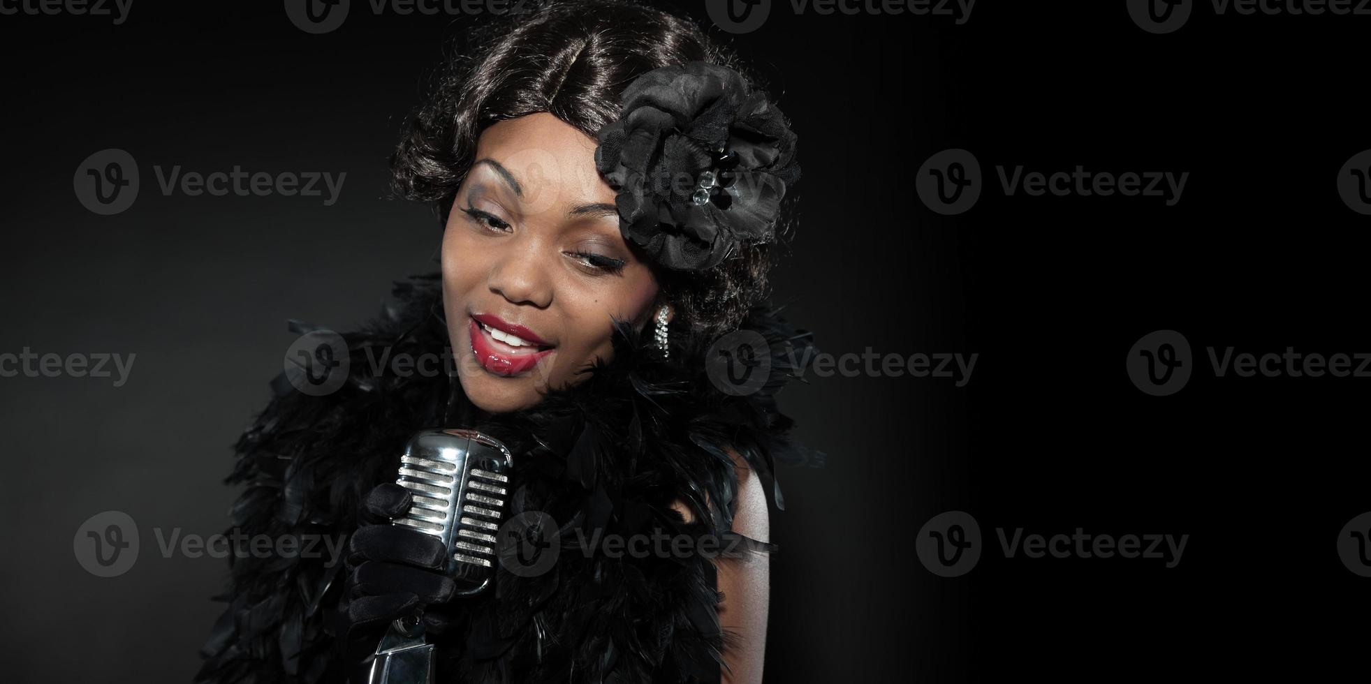 vintage jazz vrouw zingen. zwarte Afro-Amerikaanse. kopieer ruimte. foto