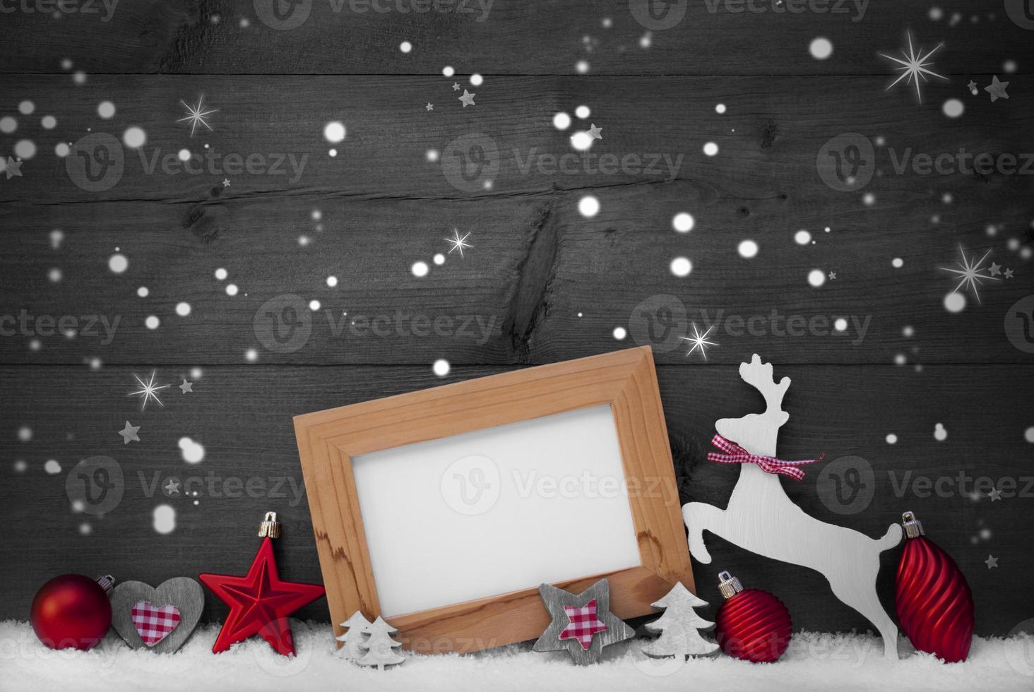 grijze kerstkaart met rode decoratie, kopie ruimte, sneeuwvlokken foto