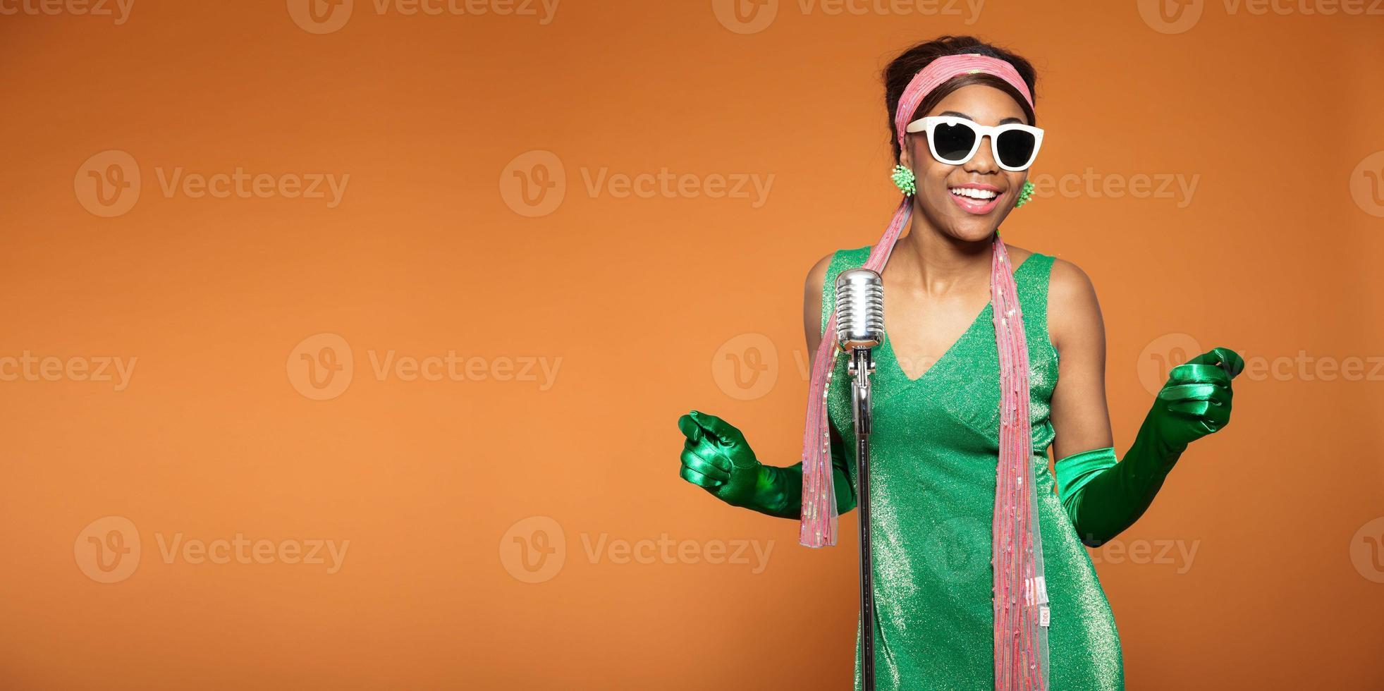 vintage soul funk vrouw zingen. zwarte Afro-Amerikaanse. kopieer ruimte. foto