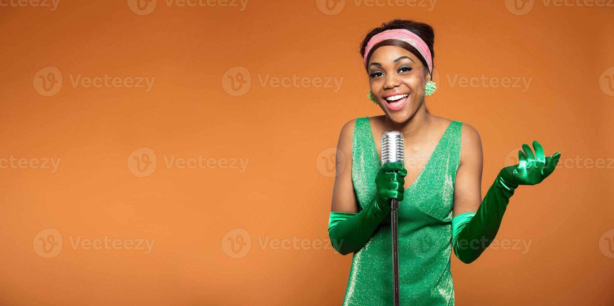 vintage soul jazz vrouw zingen. zwarte Afro-Amerikaanse. kopieer ruimte. foto