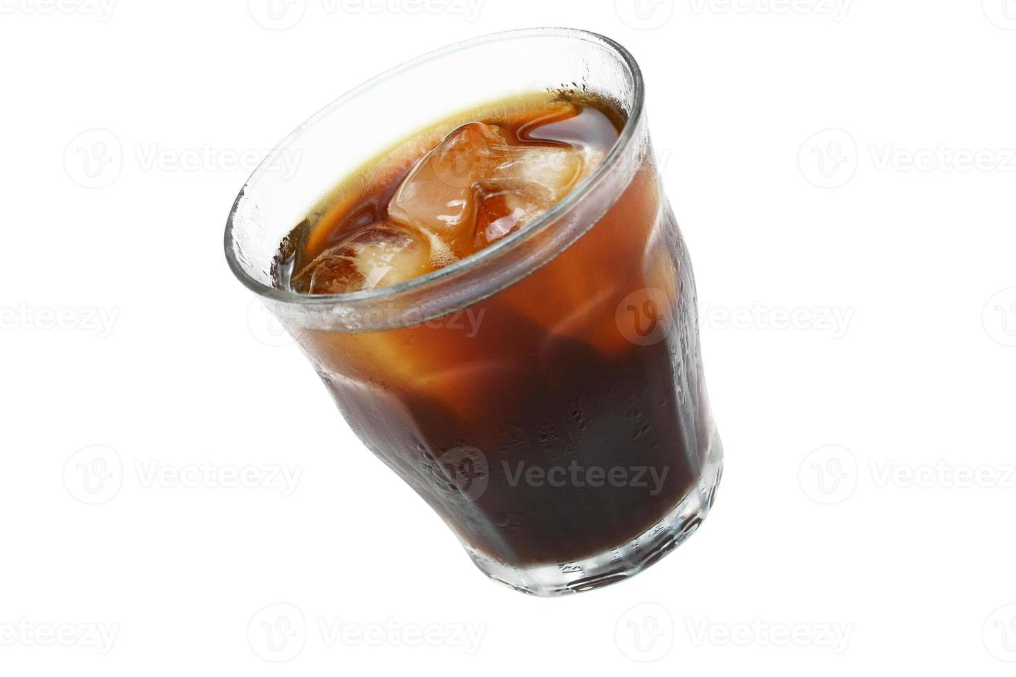 glas ijskoffie of cola op wit. kopieer ruimte foto
