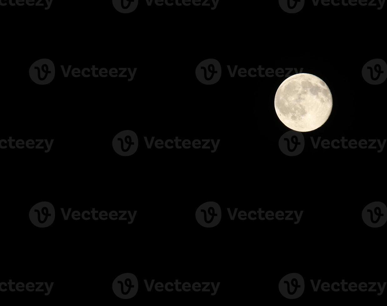 heldere volle maan met de goed zichtbare kraters foto