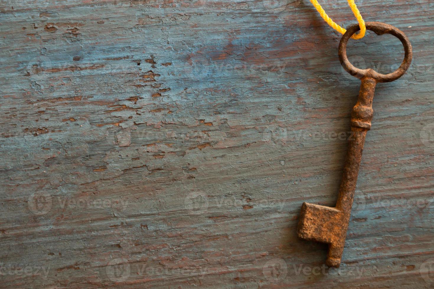 oude sleutel op de oude houten tafel foto