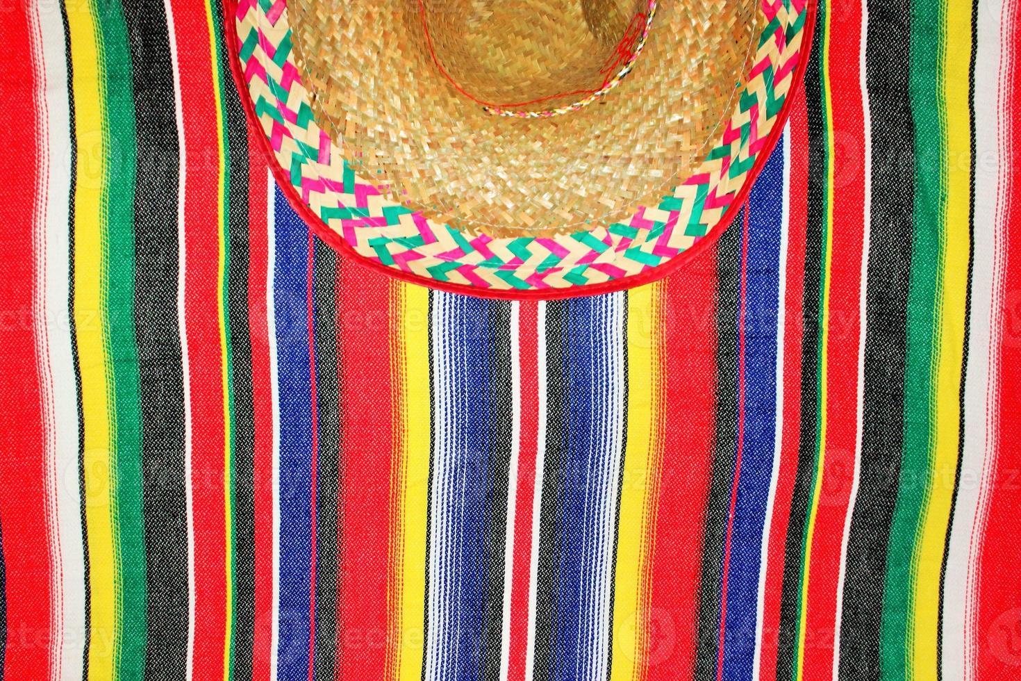 fiesta Mexicaanse poncho sombrero achtergrond met kopie ruimte foto