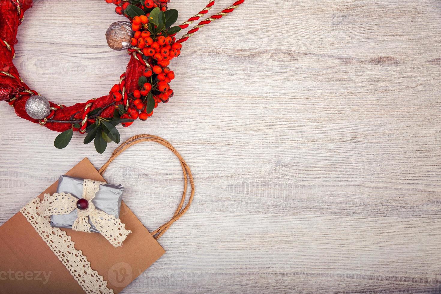 Kerst achtergrond op houten tafel en kopieer de ruimte foto