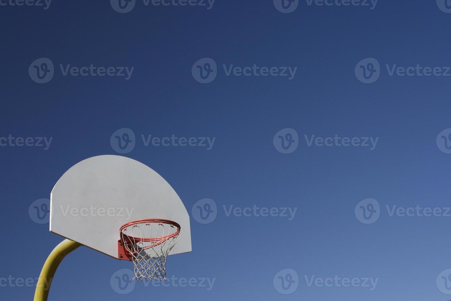 basketbal bord en net op heldere blauwe hemel foto