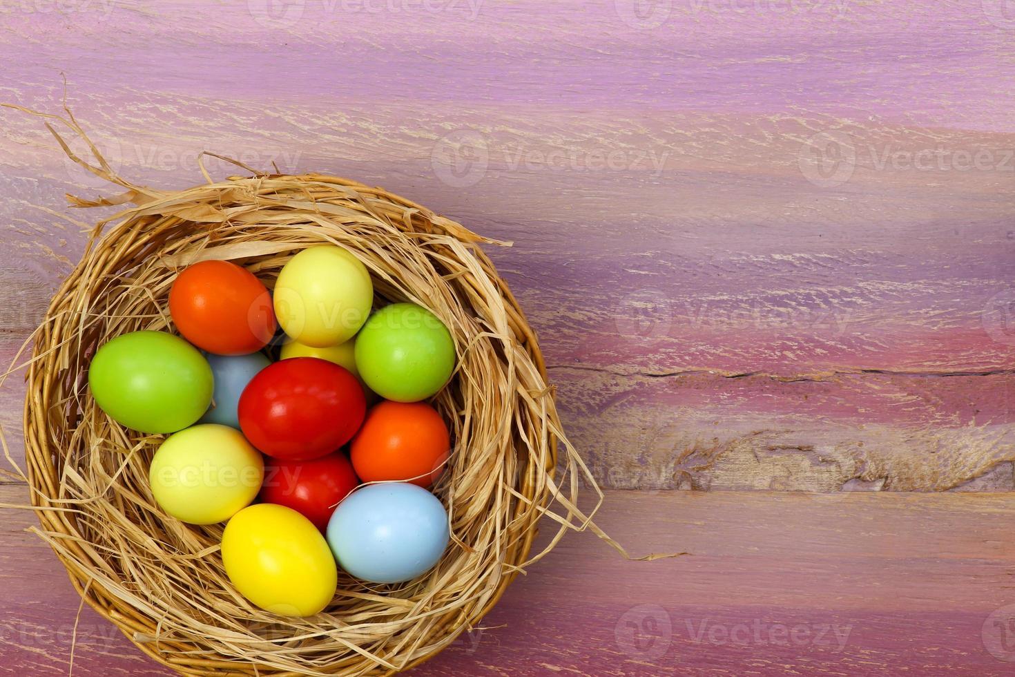 vrolijk Pasen beschilderde eieren rieten mand kopie ruimte foto