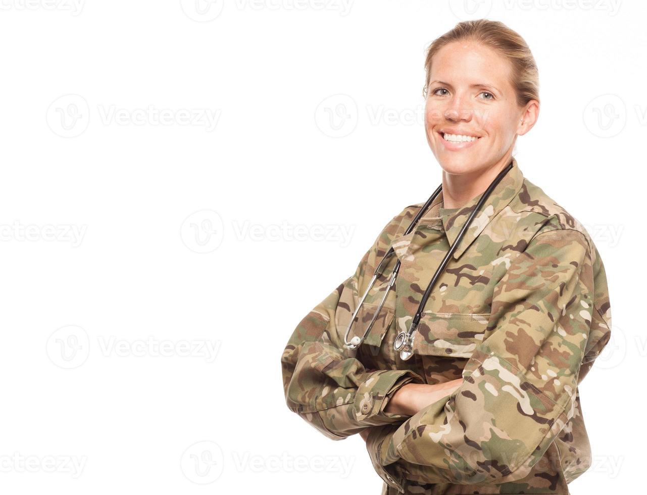 vrouwelijke leger arts in uniform met kopie ruimte. foto